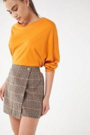 UO TERYN HOUNDSTOOTH FRAY WRAP SKIRT at Urban Outfitters